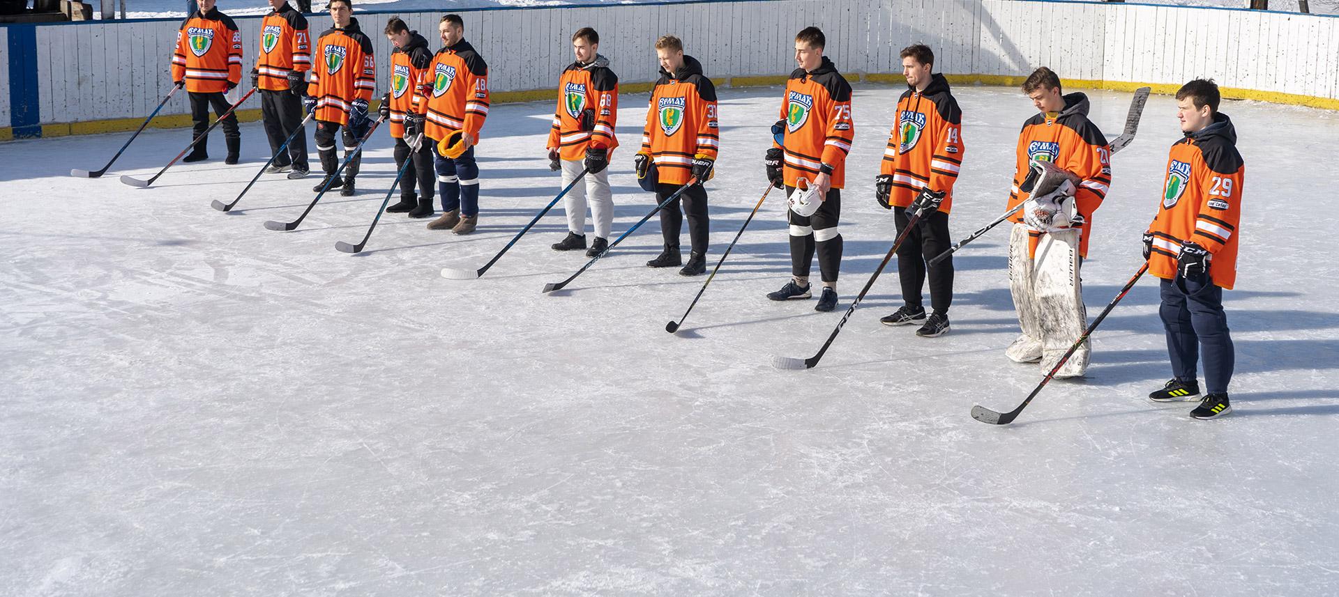 Хоккейный матч на открытом льду